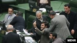 مهدی کوچکزاده در حال اعتراض در مجلس(عکس آرشیوی است)