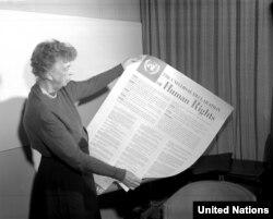 Елеонора Рузвельт, американська суспільна діячка, перша леді США, дружина президента Франкліна Делано Рузвельта, тримає текст Загальної декларації прав людини іспанською мовою