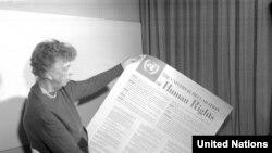 Элеонора Рузвельт, первая леди США, держит текст Всеобщей декларации прав человека на испанском языке. Ноябрь 1949 года
