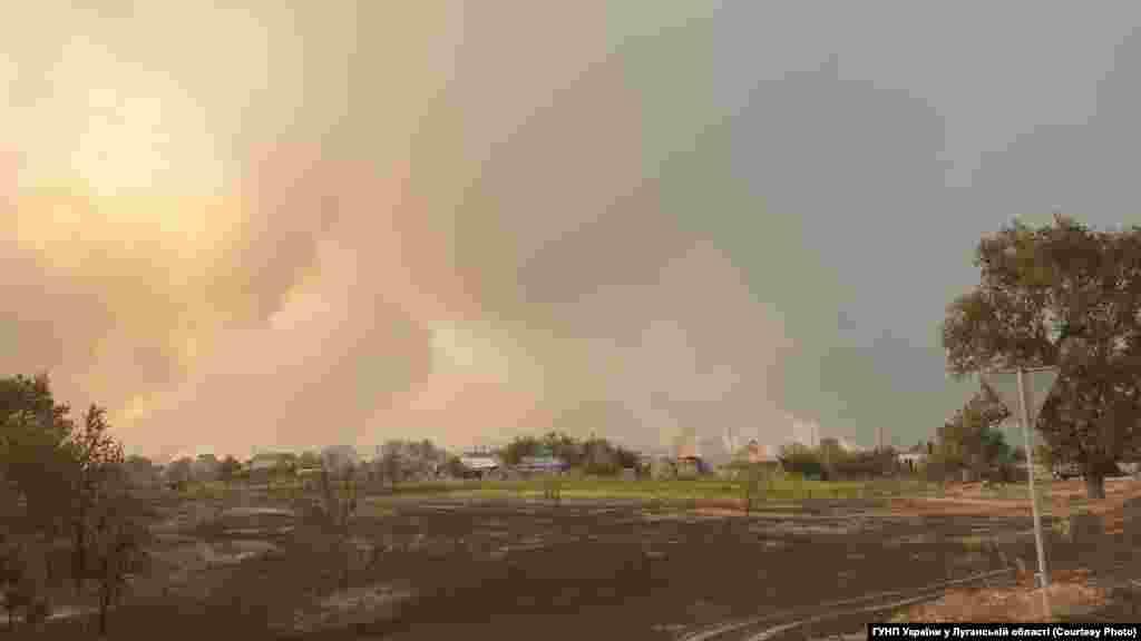 Село Смолянинове у диму, 7 липня. За кілька годин вогонь зачепить найближчу до лісу вулицю, де згорить 24 будинки. Новоайдарське лісове господарство у цей час повідомило, що загоряння виникло у 5-ти різних точках лісу впродовж дуже короткого проміжку часу – з 11:25 до 12:05. Версію про підпал слідство також розглядає серед інших