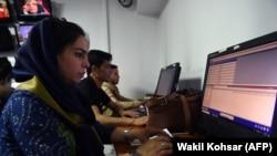 Tre gazetarë duke punuar për mediumin, Tolo News në Kabul më 2018.