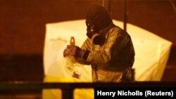 Сбор вещественных доказательств на месте, где были найдены без сознания Сергей Скрипаль и его дочь