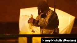 Сотрудник британских спецслужб проводит расследование дела Скрипаля в Солсбери, Великобритания, 13 марта 2018 года