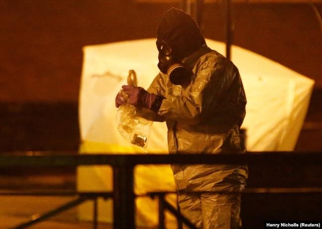 Специалисты работают возле скамейки, где были обнаружены Сергей Скрипаль и его дочь