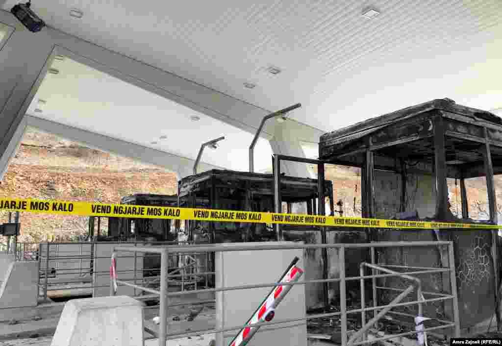 Protestuesit kanë shkatërruar tërësisht kabinat e pagesës së tarifës, duke e goditur me mjete të forta dhe duke ua vënë zjarrin.