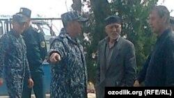 Словесная перепалка между правозащитником Исраилом Ризаевым (первый справа) и начальником РОВД Мирзаабадского района Сырдарьинской области.