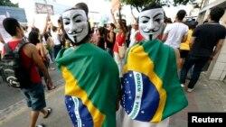 Демонстранты на улице бразильского города Ресифи. 20 июня 2013 года.