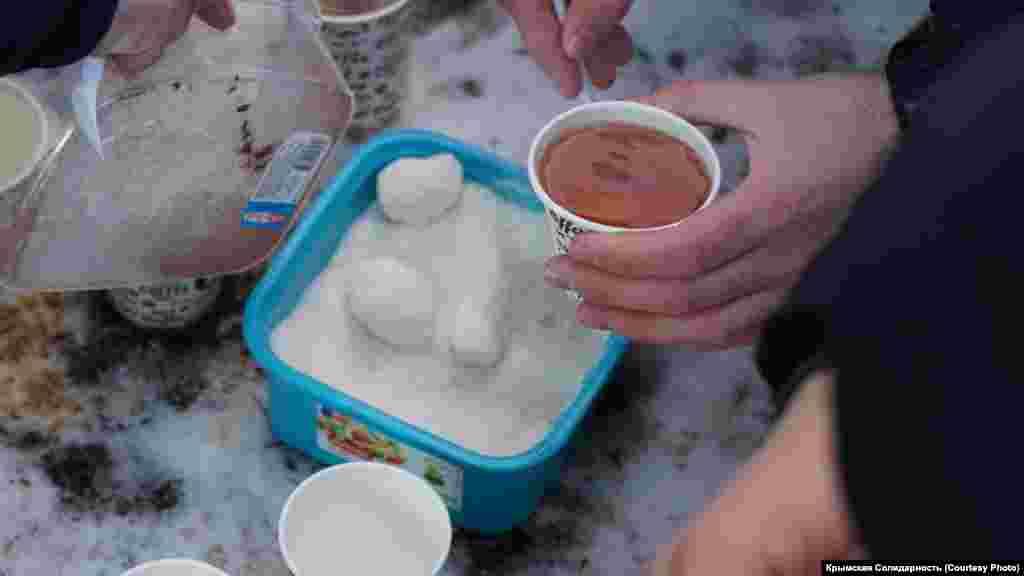 Активісти пригощали всіх гарячим чаєм і кавою