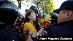 Задержание участницы акции против гомофобии в Санк-Петербурге.