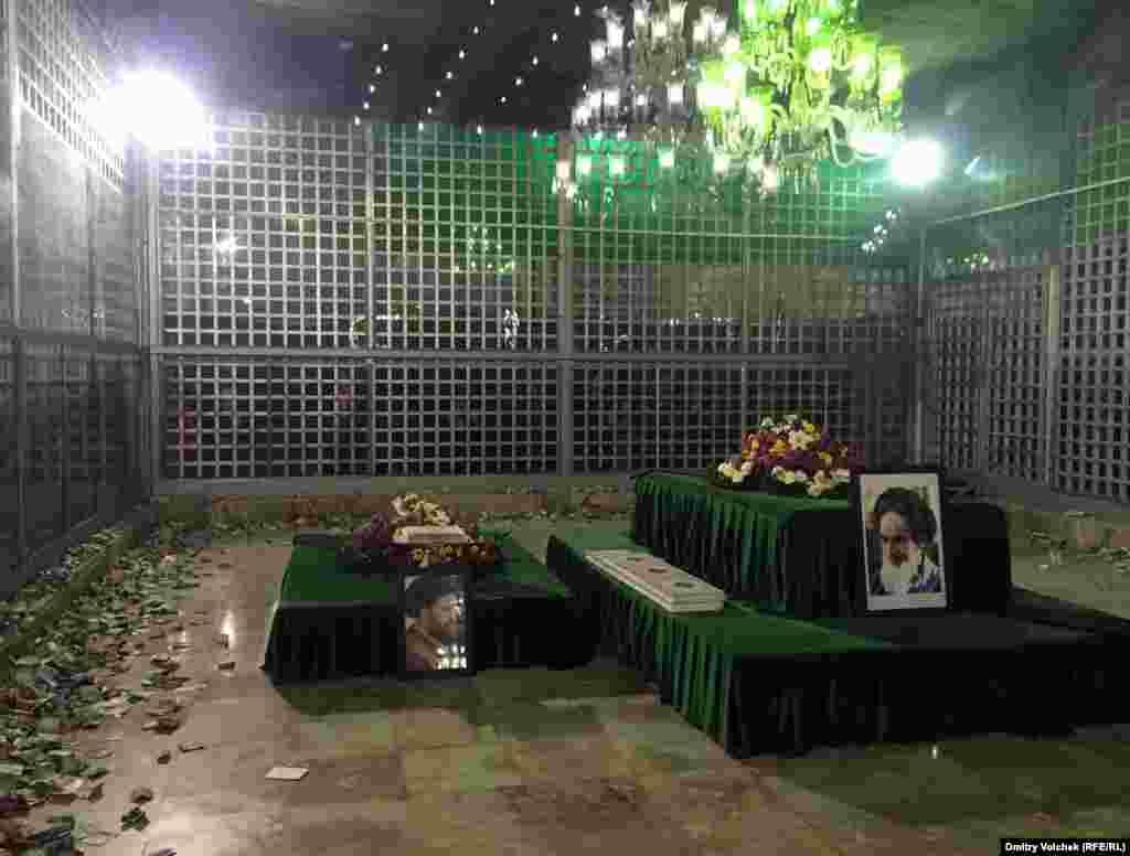 Мавзолей аятоллы Хомейни в Тегеране. Здание недостроено, хотя со дня смерти духовного лидера Ирана прошло почти 30 лет. Толпы паломников мешают завершить строительные работы. Однако в дни Ашуры здесь было на удивление пусто. Над зданием развевается огромный черный флаг, а в усыпальницу паломники бросают купюры