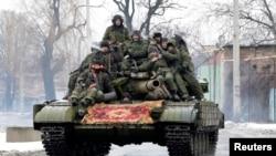 Жикчил күчтөрдүн танкы Донецктин көчөсүндө. 22-январь, 2015-жыл.