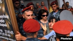 Armenia - Police officers help to enforce the forcible closure of kiosks in Yerevan, 10Aug2011.