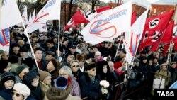Вопреки стараниям региональной и столичной милиции, к памятнику Маяковскому все-таки пришли и активисты АКМ, и нацболы - всего в митинге приняли участие более 3 тысяч человек.