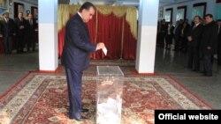 Tajik President Emomali Rahmon casts his vote in Dushanbe.