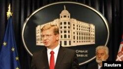 Комісар ЄС з питань розширення Штефан Фюле (ліворуч) звертається до засобів масової інформації після зустрічі з прем'єр-міністром Сербії Мірко Цветковичем в Белграді, 14 жовтня 2011 року