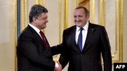 Presidenti i Ukrainës, Petro Poroshenko (majtas) dhe presidenti i Gjeorgjisë Giorgi Margvelashvili