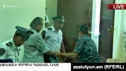 Жирайра Сефиляна удаляют из зала суда (архив)