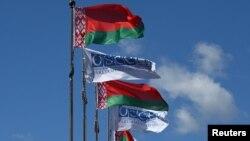 Прапори Білорусі та ОБСЄ в Мінську напередодні початку сесії Парламентської асамблеї ОБСЄ, 4 липня 2017 року
