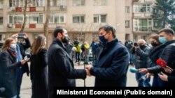 Ministrul Claudiu Năsui (stânga) l-a primit pe ministrul Turismului din Grecia în 19 martie pentru discuții despre posibilitatea deschiderii turismului între cele două țări. Ofensiva Greciei ar trebui să fie un exemplu pentru atragerea turiștilor străini, cred reprezentanții agențiilor de turism din România.