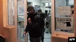 ЕҚЫҰ бақылаушылары белгісіз адамдардың шабуылына ұшыраған сайлау учаскесінен кетіп бара жатқан сәті. Митровица, Косово, 3 қараша 2013 жыл.