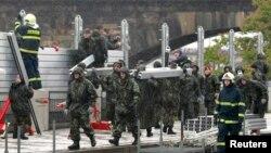 Ushtarët çekë ngrenë barriera metalike në Pragë
