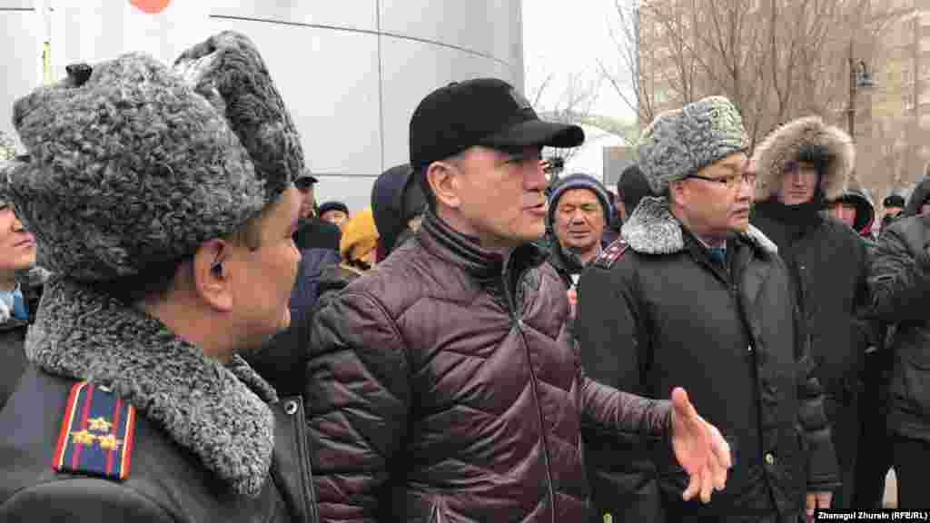 В Актобе протестующие призывали к отставке политического руководства страны.