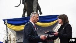 Hašim Tači prima primjerak kosovskog Ustava od Atifete Jahjage.