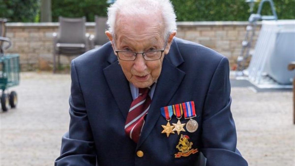 В Великобритании 99-летний ветеран собрал более 11 млн фунтов для врачей, гуляя во дворе своего дома