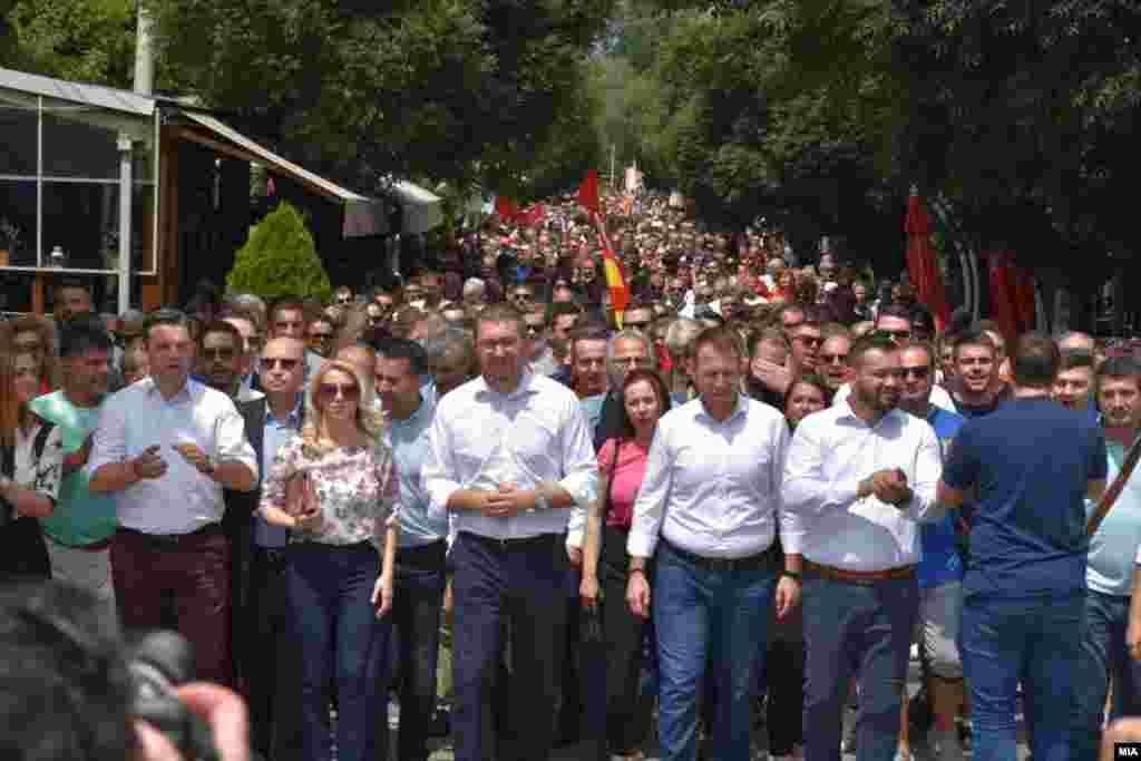 МАКЕДОНИЈА - Нема ниту датум за преговори со ЕУ, ниту безусловна покана за НАТО. А нема затоа што имаме неспособна влада, изјави лидерот на ВМРО-ДПМНЕ по поканата од НАТО за Македонија.