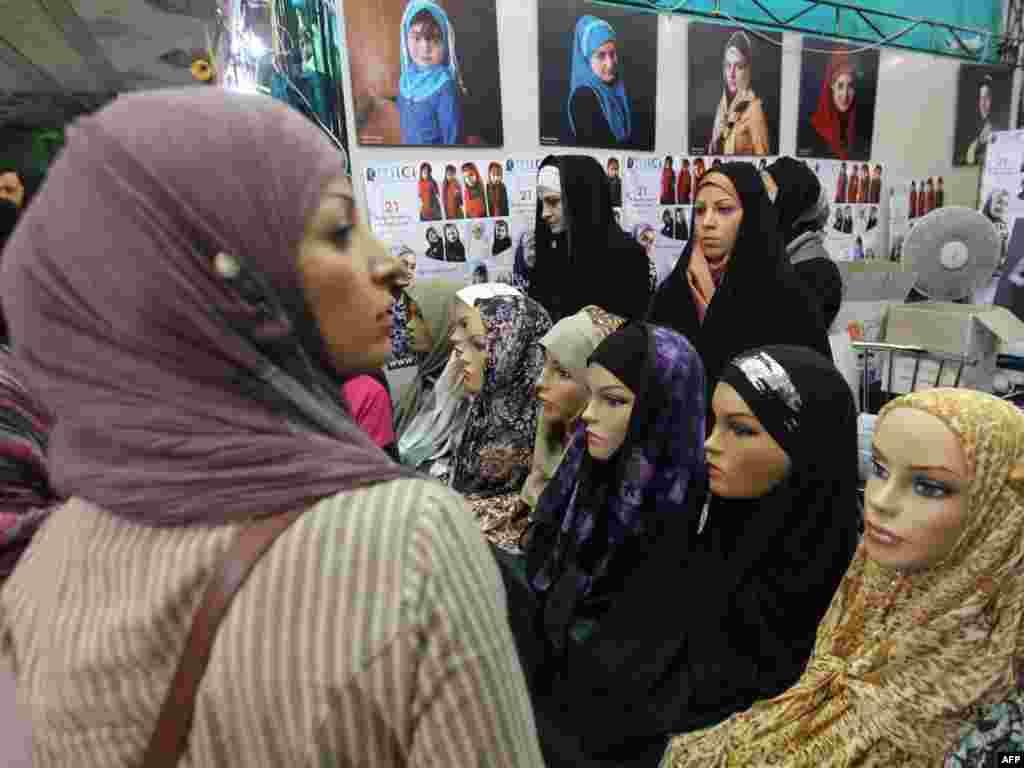 Тэгеран. Іранскія жанчыны падчас міжнароднай выставы Карану