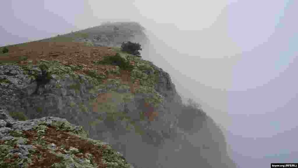 Форосский Кант – гора, где традиционно тренируются скалолазы, – окутана пеленой дождя