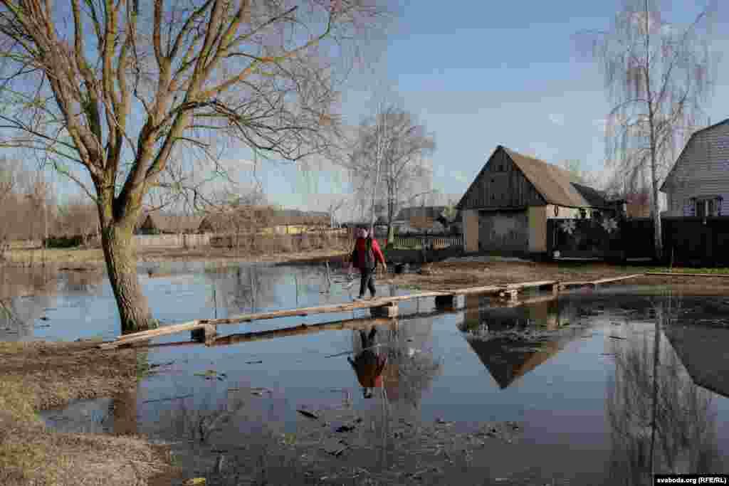 Село Переров. Люди обустроили самодельный мост через затопленную дорогу
