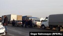 Қызылорда қаласынан 25 шақырым жерде полиция көліктерді өткізбей тұр. 3 желтоқсан 2019 жыл.