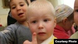 """Қостанайдағы """"Дельфин"""" балалар үйіндегі жетім балалардың бір тобы. Қостанай, тамыз, 2009 жыл."""