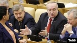 Евгений Москвичев (слева) вместе с депутатами Ларисой Шойгу и Францем Клинцевичем (архивное фото)