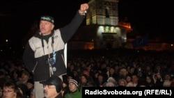 Участники митинга на Михайловской площади. Киев, 30 ноября 2013 года.