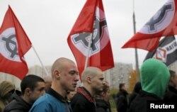 Націоналісти у московському районі Любліно з прапорами з кельтськими хрестами