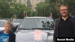 Цімафей Дранчук з сынам ля сваёй машыны. Фота з Фэйсбука Дранчука