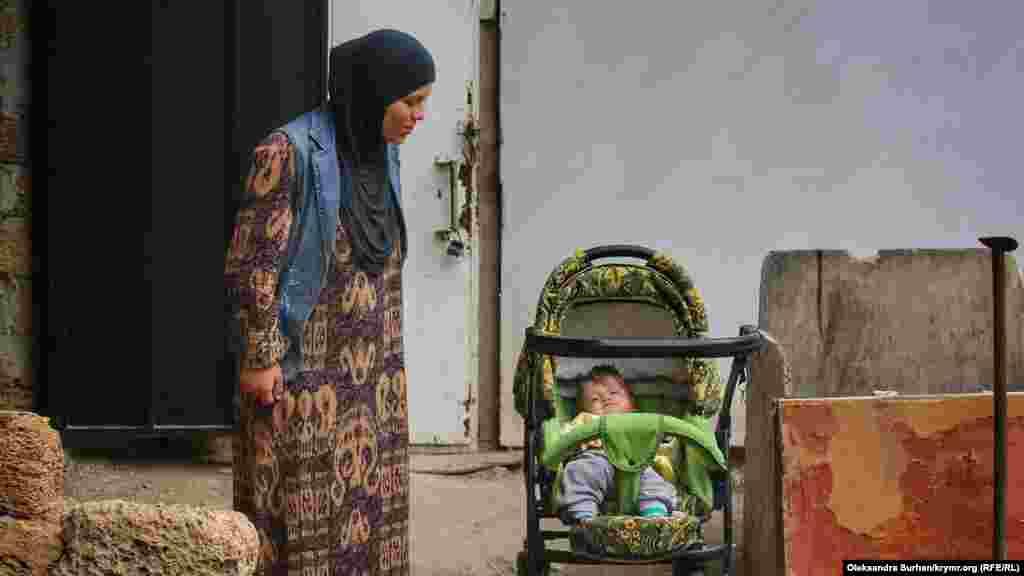 После прошлогодних арестов 55 детей в Крыму остались без отцов. Март 2019 года. На фото – Сабрие Бекирова, супруга Акима Бекирова. Здесь она со старшей дочерью, а спустя шесть месяцев после сделанного фото у них с Акимом родился сын