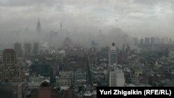 Дым от пожара на Манхэттене 26 марта