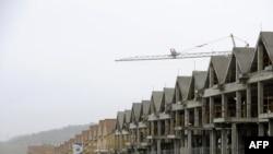 Дома, строящиеся у окраины Мадрида, застыли в ожидании продолжения работ.Безработица в Испании составляет более 19%