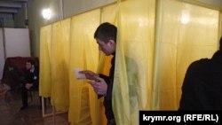 Избиратель выходит из кабинки для голосования. Симферополь, 16 марта 2014 года