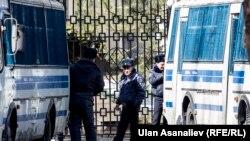 Милиционеры недалеко от здания ГКНБ Кыргызстана. Иллюстративное фото.