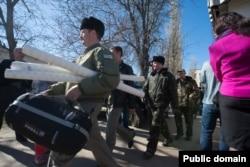 Украинские военные оставляют часть в поселке Новофедоровка. 22 марта 2014 года