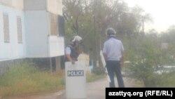 Атыс болған маңда жүрген полицейлер. Ақтөбе, 23 маусым 2012 жыл. (Көрнекі сурет)