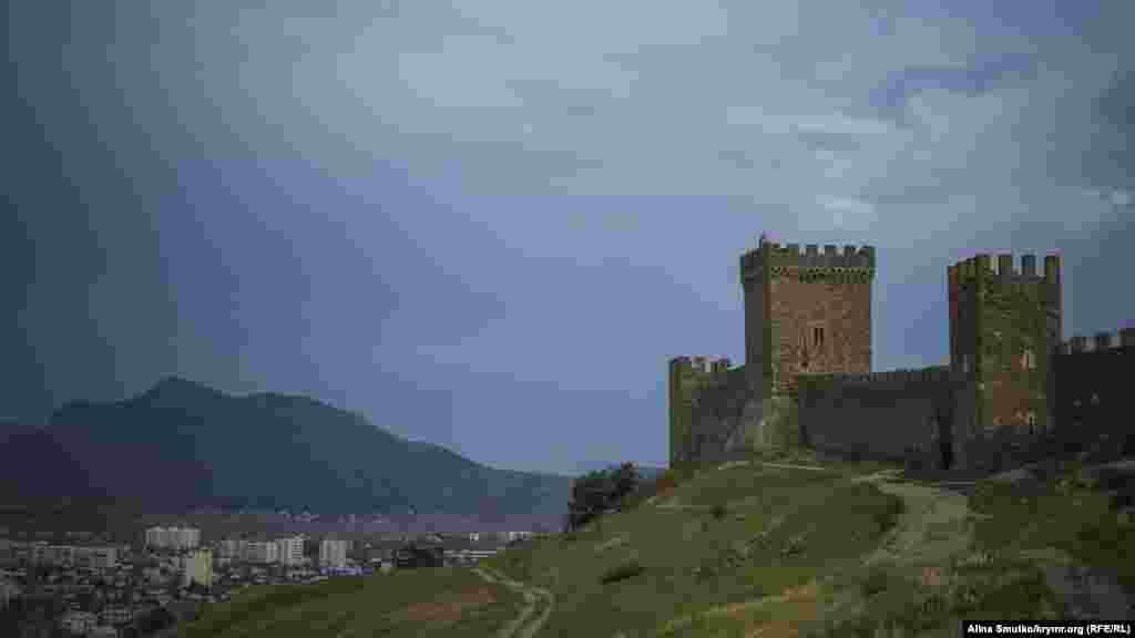 Судак, Генуэзская крепость. Она венчает Крепостную гору – Дженевез-Кая – и на 150 метров возвышается над Судакской бухтой. Первые оборонительные сооружения крепости появились еще в 6-7 веках и в последующие 700 лет она переходила от византийцев к хазарам, пока в середине 14 века ею не завладели генуэзцы. Именно они отстроили большинство зданий, которые сохранились до наших дней. Сегодня Генуэзская крепость является основной достопримечательностью Судака. На ее территории в последние годы каждое лето проходит масштабный рыцарский фестиваль «Генуэзский шлем»