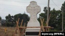 İllüstratsiya fotoresimi: ibadet etilecek haç eski qırımtatar mezarlığında, Qırım