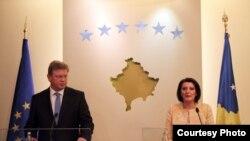 Komisionari për Zgjerim i Bashkimit Evropian, Shtefan Fyle dhe presidentja e Kosovës Atifete Jahjaga