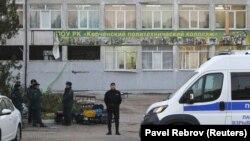 Rusiye polisi ücümden soñ kollec binası yanında, 2018 senesi, oktâbr 18