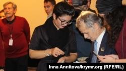Мустафа Джемилев и продюсер фильма Тамила Ташева на премьере фильма «Мустафа»